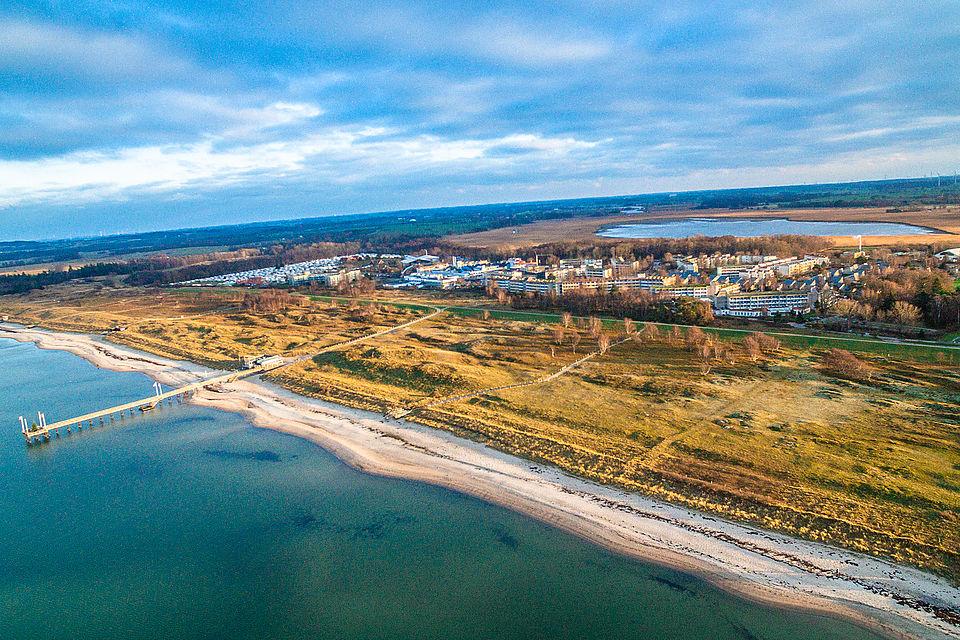 Resort Weißenhäuser Strand Blick auf den Strand und die Ferienanlage_Bild