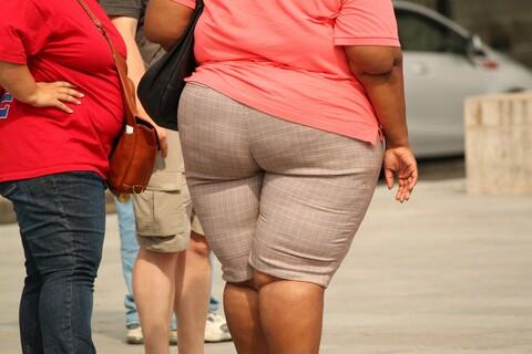 Zwei übergewichtige Frauenim Stadtbild