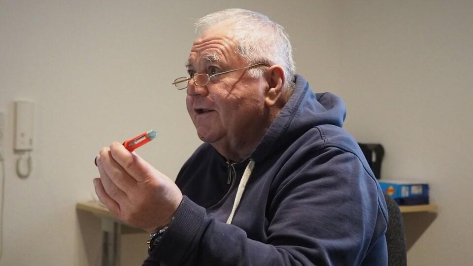 Thomas Franzki brachte auch seinen Diabetespen mit, um zu zeugen, wie die Dosierung funktioniert. Foto: Niklas Golitschek