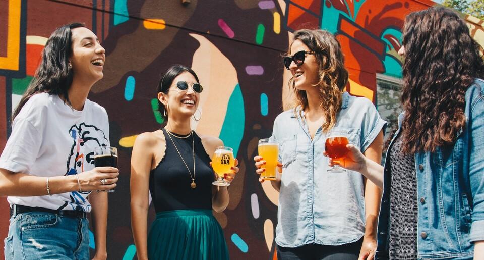 Junge Leute mit Bier in der Hand