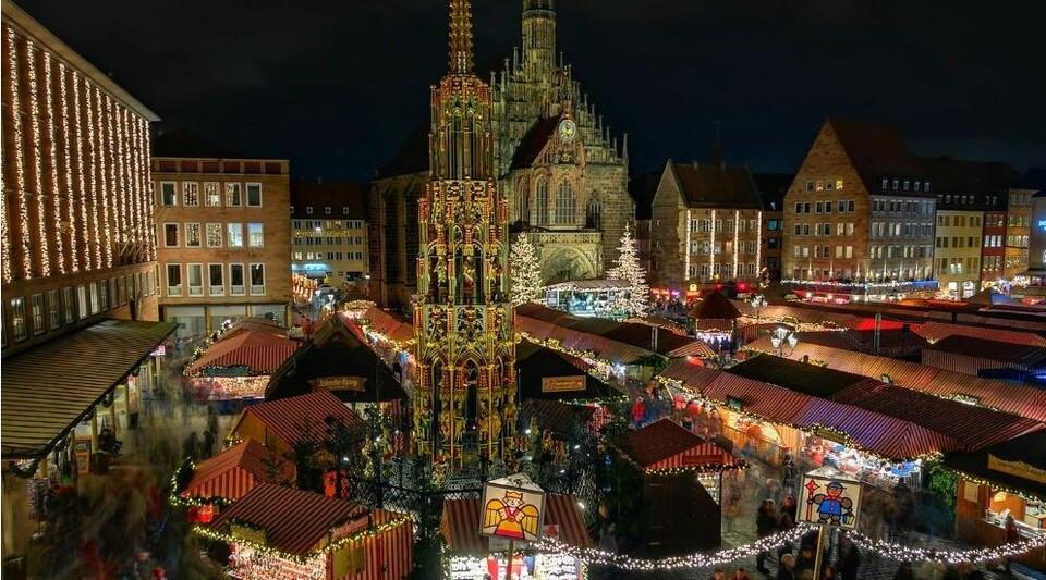Nürnberger Christkindlesmarkt abends hell erleuchtet