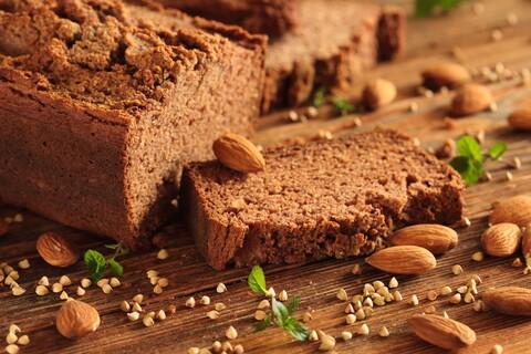 Glutenfreies Brot im Brotkorb.