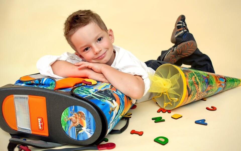 Erste Klasse Einschulung Junge mit Schultüte