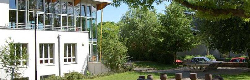 DJH Lübeck Garten und Hausansicht
