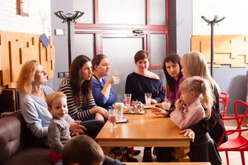 Eine Gruppe Menschen sitzt um einen Tisch.