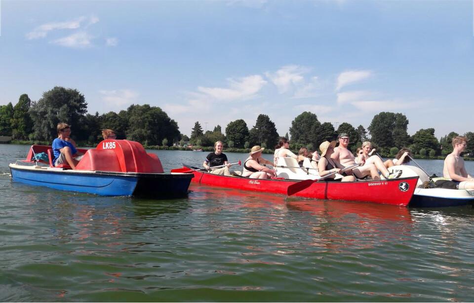 Sommercamp Lübeck, die Mädchen und Jungen fahren Kanuk