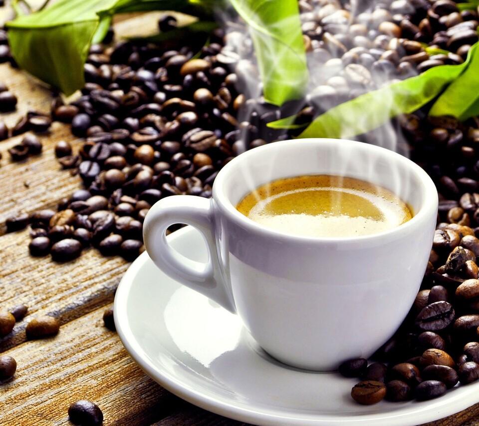 Kaffee dampft in der Tasse