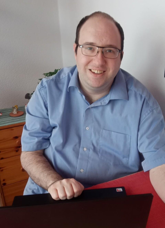 Psychologischer Berater Dennis Riehle am Arbeitsplatz