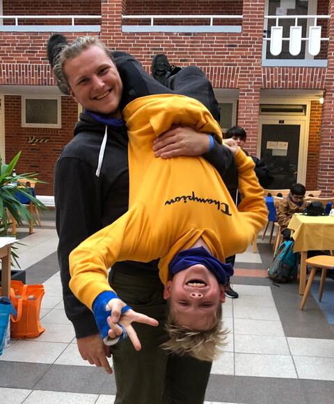 Juniorbetreuer mit jungem Teilnehmer